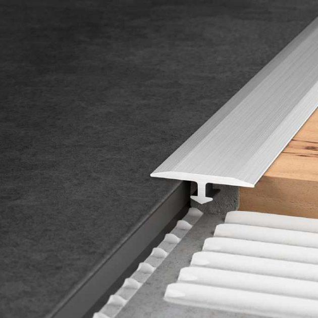 Elastīgo segumu profils VINPRO-T kalpo, lai nosegtu šuvi starp dažādiem viena augstuma plāniem grīdas segumiem. Uzlīmējams jau uz esošiem grīdas segumiem.