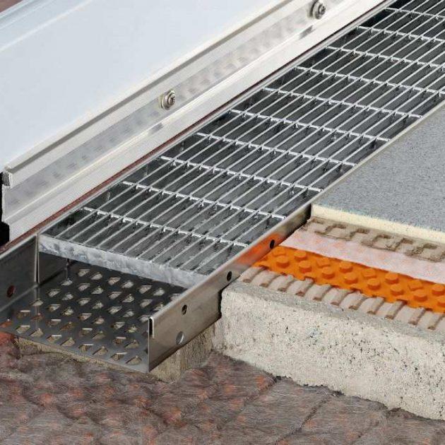 Lietus ūdens drenāžas kanāls Schluter TROBA-LINE pazemināta durvju sliekšņa ierīkošanai un līnijveida drenāžas kanāliem balkonos un terasēs.